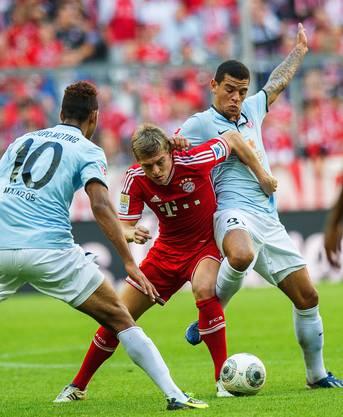 Bayern-Spieler Kroos im Infight mit Choupo-Moting und Parker von Hannover.