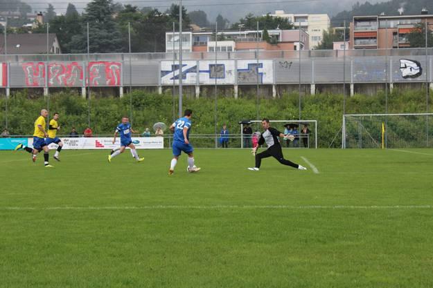 Moravas Keeper wurde öfters alleine gelassen. Hier Pereira darf ungestört Mike Wettstein bedienen.