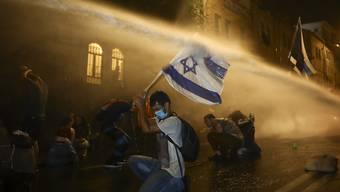 Tausende demonstrierten am Samstag in Israel gegen die Politik von Regierungschef Netanjahu, der wegen Korruptionsvorwürfen vor Gericht steht. In Jerusalem (Bild) setzte die Polizei Wasserkanonen ein.