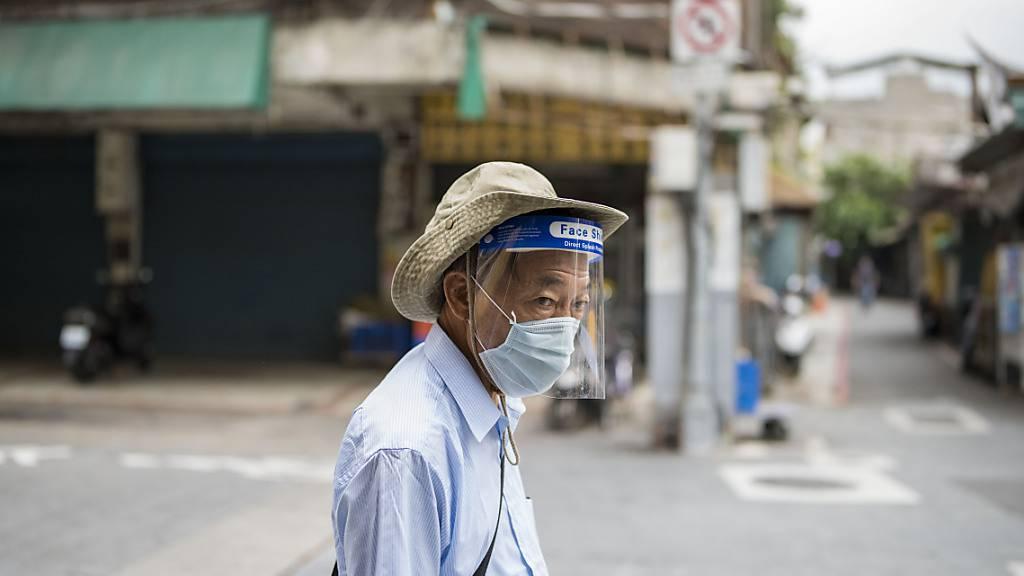 Kein Gang ohne Schutzmaske: Taiwan kämpft mit steigenden Corona-Infektionszahlen. Foto: Brennan O'connor/ZUMA Wire/dpa
