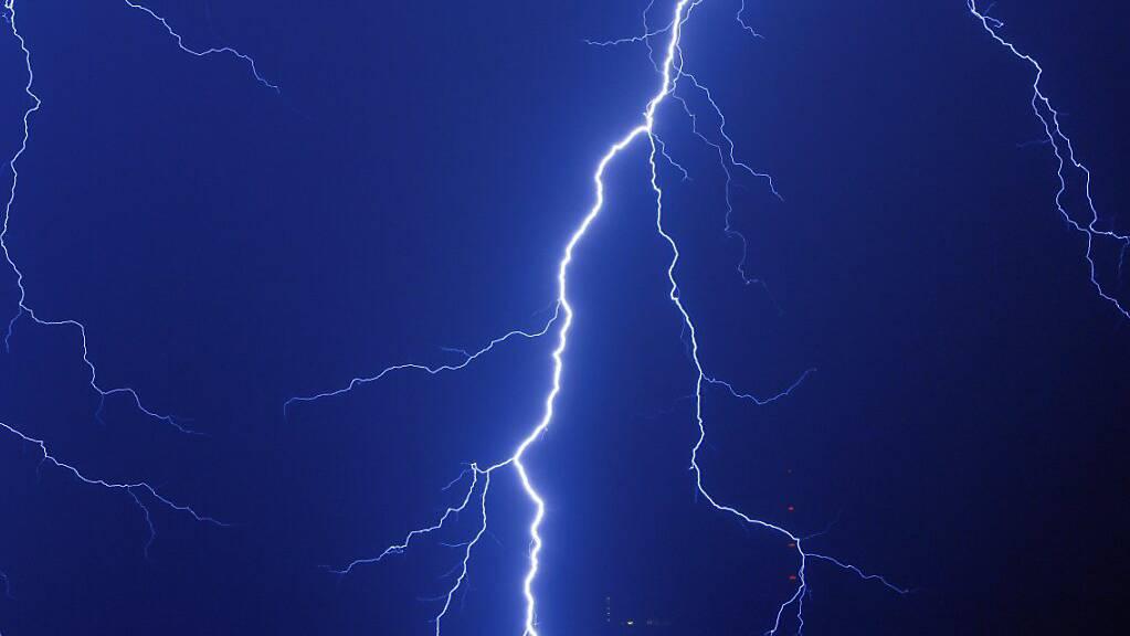 Blitze sind faszinierende Naturphänomene, können allerdings hohe Schäden anrichten. Forschende testen nun eine neue Technologie auf dem Säntis, um Blitze abzulenken. (Archivbild)