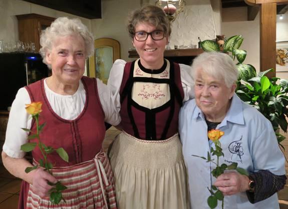 Die Präsidentin Regula Richard gratuliert Elsbeth Hänggärtner und Rosa Allolter zur langjährigen Mitgliedschaft.