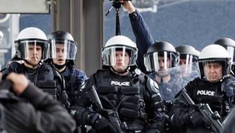 Rund um Fussballspiele, erst recht wenn die Fans alkoholisiert sind, werden Polizisten häufig beschimpft und gar bedroht. (Symbolbild)