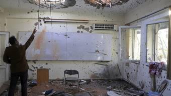 dpatopbilder - Schäden an einem Gebäude der Universität Kabul nach einem Terrorangriff Anfang November. Foto: Rahmat Gul/AP/dpa
