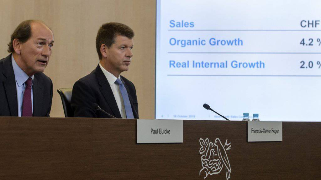 Nestlé-Chef Paul Bulcke (links) und Finanzchef Francois-Xavier Roger präsentieren an einer Medienkonfernez in Vevey die Umsatzzahlen der ersten neun Monate des Jahres.