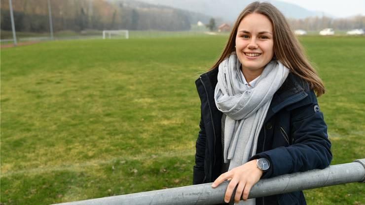 Svenja Zengaffinen auf einem der Fussballplätze neben der Däniker Erlimatthalle. Hier hat sie als Juniorin gekickt.