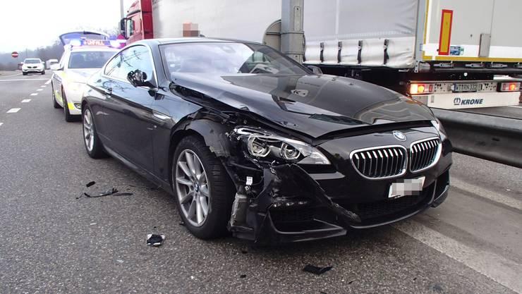 Ein 63-jähriger BMW-Fahrer fuhr am Dienstag über ein Rotlicht und prallte dann gegen einen Lastwagen. Er war von seinem Navigationsgerät abgelenkt.