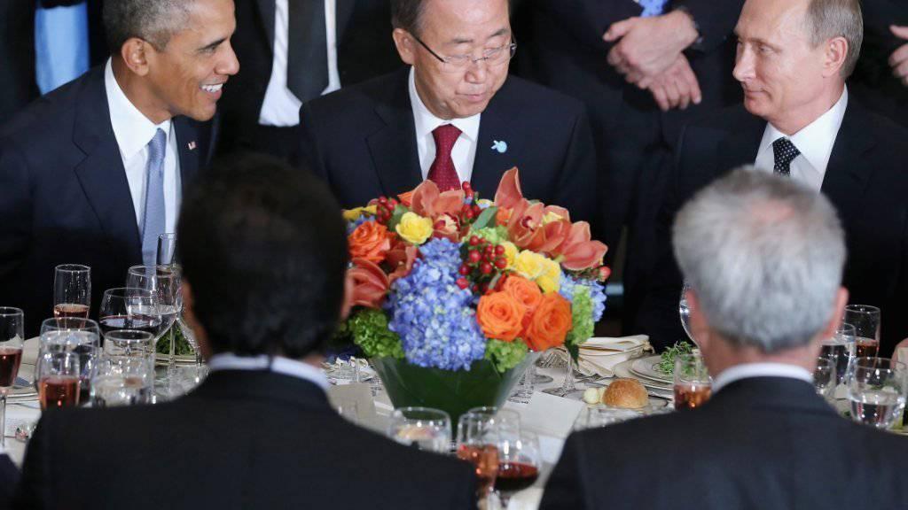 Obama (l.) und Putin (r.) waren Mittagessen nur durch UNO-Generalsekretär Ban getrennt - ihre Positionen zum Syrien-Krieg liegen aber weiter weit auseinander.