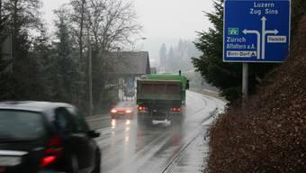 Weniger Schwerverkehr Der Durchgangsverkehr hat in Aristau abgenommen, Lastwagen weichen auf die Autobahn aus. ama