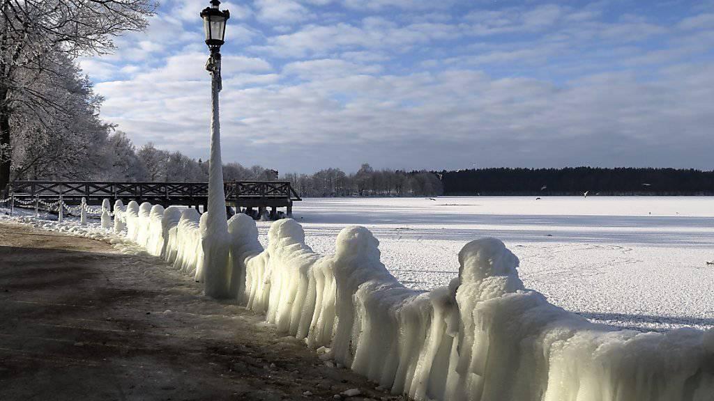 In Europa herrscht derzeit klirrende Kälte, wie hier an einer komplett eingefrorenen Seepromenade in Polen.