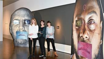Blick in die Ausstellung mit (von links): Kuratorin Sara Wirth, Monica Vögele und Szenografin Claudia Schmauder.