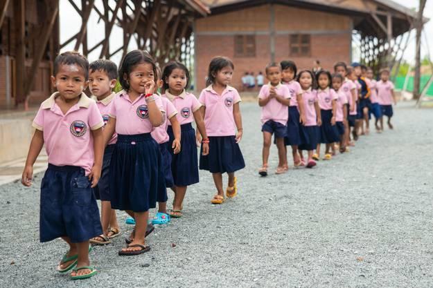 Die Schülerinnen und Schüler in der Smiling Gecko Farm auf dem Weg zum Unterricht