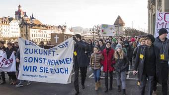 """Luzerner Schüler führen wegen Sparplänen """"Trauermarsch"""" durch."""