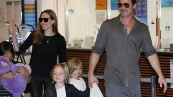 Angelina Jolie und Brad Pitt mit einem Teil ihrer Bande (Archiv)