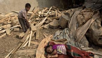 Ein vierjähriges Kind verkauft in Indien Brennholz. (Symbolbild)