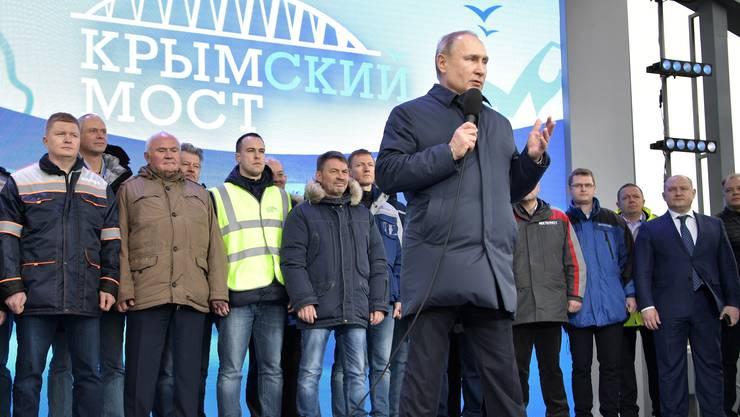 Mit einer Zugfahrt auf Russlands längster Brücke hat Präsident Wladimir Putin den Bahnverkehr zur Halbinsel Krim freigegeben.
