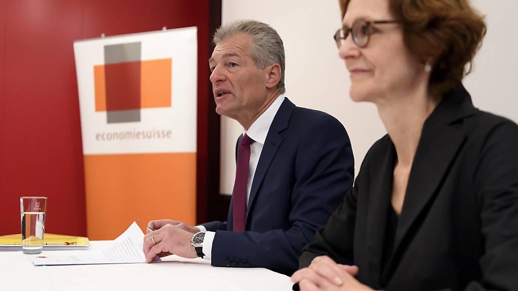 Heinz Karrer, Praesident Economiesuisse, und Monika Ruehl, Vorsitzende der Geschaeftsleitung Economiesuisse, an einer Medienkonferenz (Archivbild).
