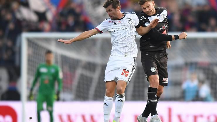Valentin Stocker (links) gewinnt das Kopfballduell gegen Balint Vecsei