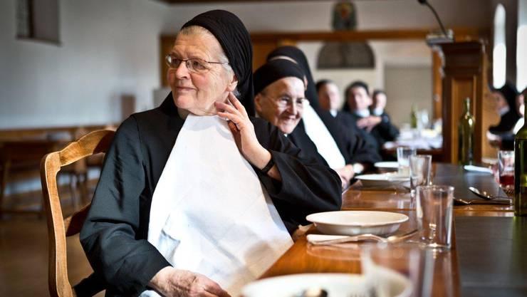 Die Schwestern lauschen dem Ständchen für Schwester Andrea