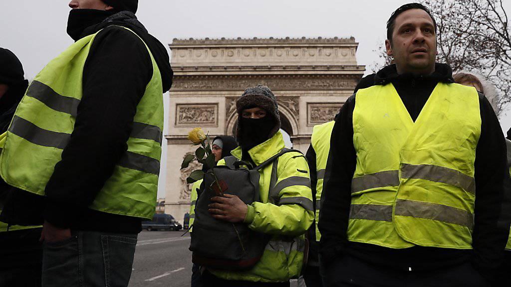Erste Demonstrierende bereits vor Ort: «Gelbwesten» am Arc de Triomphe auf den Champs Elysees in Paris am Samstagmorgen.