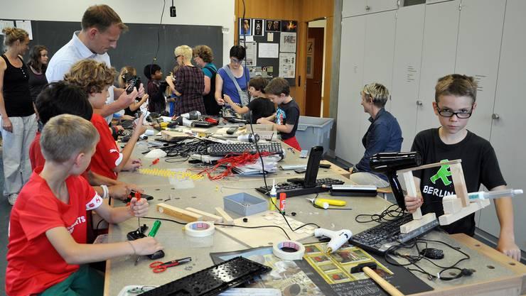 Die jungen Besucher tauchen an der Art-Science-Night ein in eine Welt, die vieles erlaubt und wenig verbietet. Bilder: Julian Perrenoud