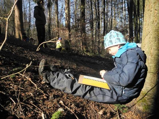 Im Wetternotizbuch halten die Kinder mit Zahlen und Zeichnungen Wetterphänomene und Temperaturen fest.