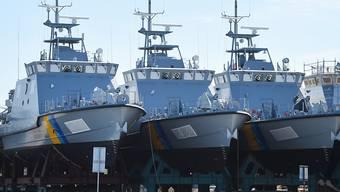 """ARCHIV - Patrouillenboote, die ursprünglich für Saudi-Arabien gebaut wurden, liegen auf dem Werftgelände der zur Lürssen-Werftengruppe gehörenden Peene-Werft. erlaubt. (Zu dpa """"Deutsche Rüstungsexporte in Milliardenhöhe in Krisenregion Nahost"""") Foto: Stefan Sauer/dpa"""
