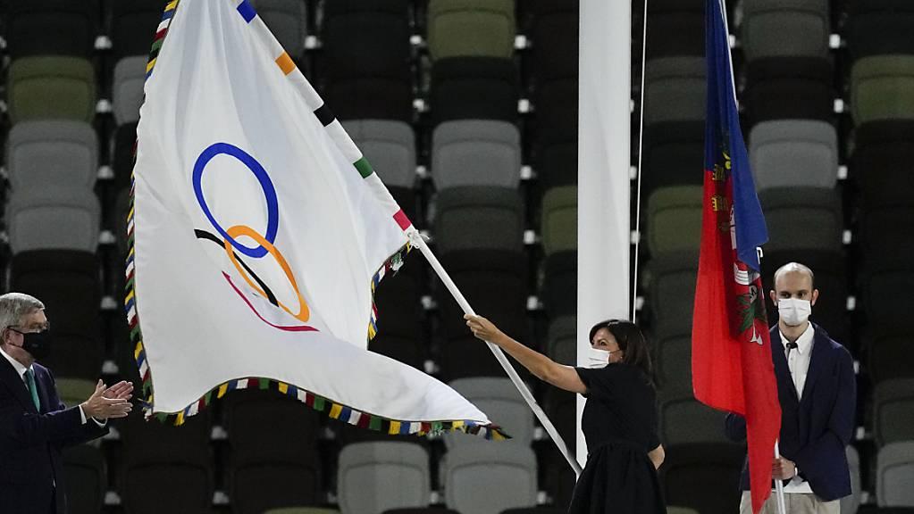 Anne Hidalgo, Bürgermeisterin von Paris, schwingt die olympische Flagge