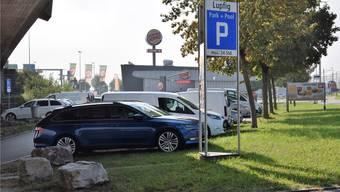 Der kantonale Park+Pool-Standort grenzt an das «Burger King»-Areal. Immer wieder besetzen Pendler auch den Parkplatz des Schnellimbisses.