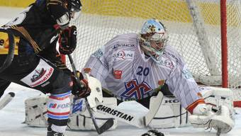 Berns Marc Reichert im Duell mit Biels Goalie Reto Berra