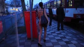 Milo Moiré ist letztes Jahr bereits in Düsseldorf nackt Tram und U-Bahn gefahren.
