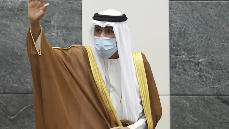 ARCHIV - Scheich Nawaf al-Ahmed al-Sabah winkt nach seiner Vereidigung als Emir von Kuwait. Der neue Emir von Kuwait hat den 80 Jahre alten Scheich Mischal al-Ahmed al-Sabah zum Kronprinzen ernannt. Foto: Jaber Abdulkhaleg/AP/dpa