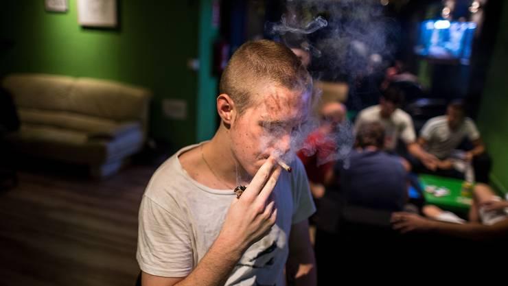 Ein junger Kiffer zieht an einem Joint in einem Cannabis-Club im spanischen Barcelona.