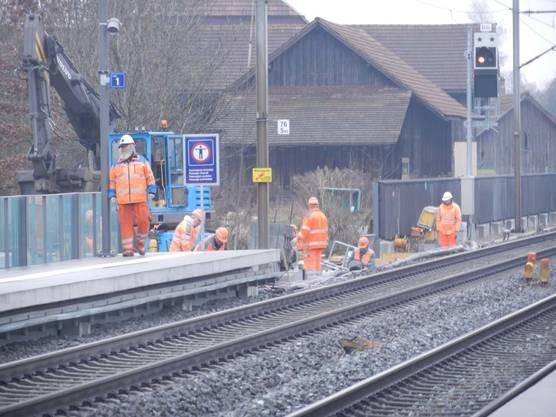 Die Züge halten, aber nach wie vor wird fleissig gebaut.