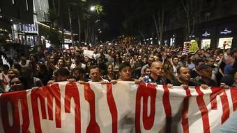 Die Massenproteste der Opposition in Georgien zeigen Wirkung. Die Regierungspartei Georgischer Traum hat am Montag vorgeschlagen, das Wahlsystem in der früheren Sowjetrepublik zu ändern. Sie ging damit auf eine Forderung der Demonstranten ein.