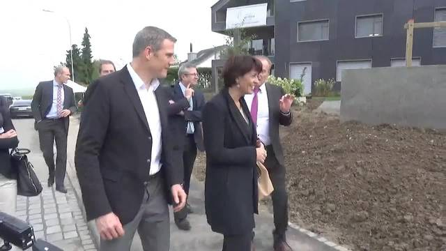 Doris Leuthard besucht energieautarkes Mehrfamiliehaus