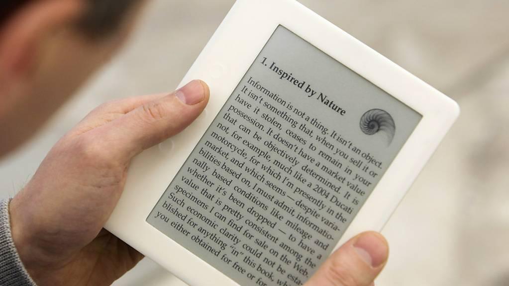 Digitale Bücher erfreuen sich wachsender Nachfrage. Die neuesten Modelle können mittlerweile Inhalte vorlesen. (Archivbild)