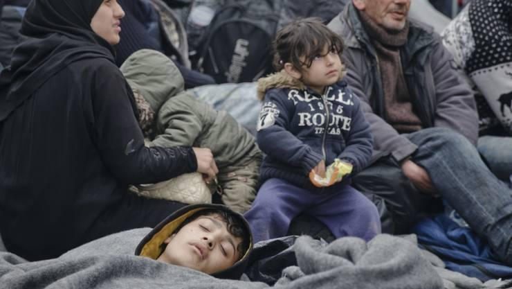 Eine Familie wartet im Flüchtlingslager von Idomeni auf die Möglichkeit, weiterzureisen.