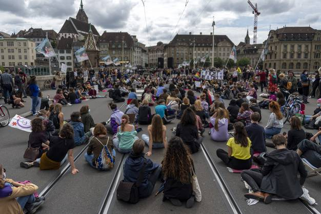 Als sich die Teilnehmerinnen auf der Mittleren Brücke in einem Sitzstreik niederliessen, wurden sie von der Polizei mehrfach gewarnt.