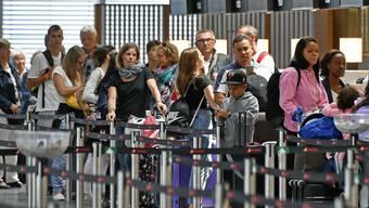 Warteschlangen vor den Check-In Schaltern beim  Ferienstart auf dem Flughafen Zürich.