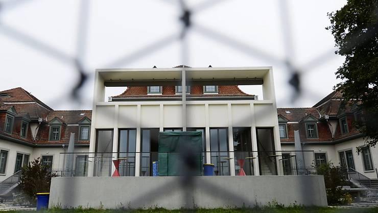 Ein Sexualstraftäter ist am 1. Juli aus der Klinik für Forensische Psychiatrie in Rheinau geflüchtet. Das führte zu kritischen Fragen im Zürcher Kantonsrat. (Symbolbild)