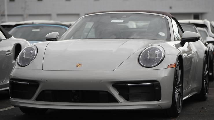 Die steigenden Verkaufszahlen treiben auch den Umsatz bei Porsche nach oben. Zugleich drücken aber die immer noch hohen Kosten und vor allem das Dieselskandal-Bussgeld auf den Gewinn. (Archiv)
