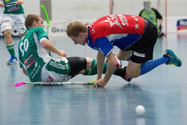 Wiler  Patrick Mendelin (links) gegen Jets Sandro Fischer  (rechts).
