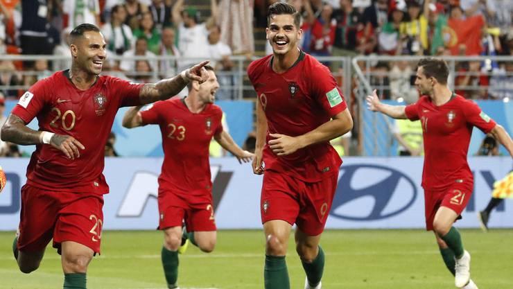 Ricardo Quaresma (links) lässt sich von seinen Teamkollegen nach seinem Traumtor feiern.