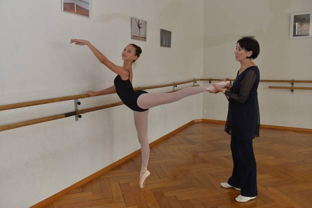 Viviana mit ihrer Lehrerin Barbara Bernard, Leiterin der Barbara Bernard Schildknecht Ballettschule Grenchen Solothurn.