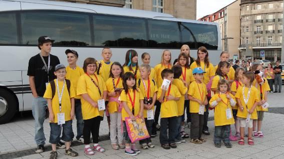 Kinder vor der Busfahrt in die Schweiz