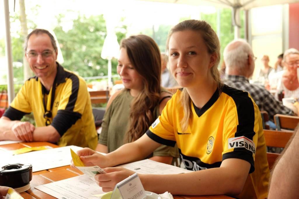 Die YB-Bierprinzessin wurde von den Fans an ein Spiel der Gelb-Schwarzen eingeladen. (© Claudia Salzmann / Berner Zeitung)