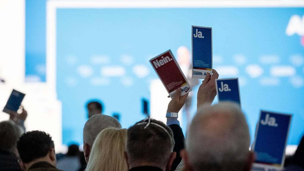 Delegierte heben in der Dresdener Messehalle beim Bundesparteitag der AfD ihre Stimmkarten. Foto: Kay Nietfeld/dpa