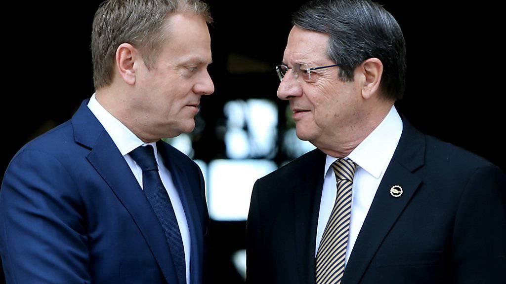 EU-Kommissar Tusk (l.) sucht den Schulterschluss für das Abkommen mit der Türkei. Doch Zyperns Präsident Anastasiades droht weiter mit seinem Veto und verlangt Konzessionen von der Türkei.