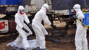 Mangelhafte Ausrüstung und die chaotische Situation vor Ort sind Gründe für die hohe Ansteckungsrate unter den Ebola-Helfern.